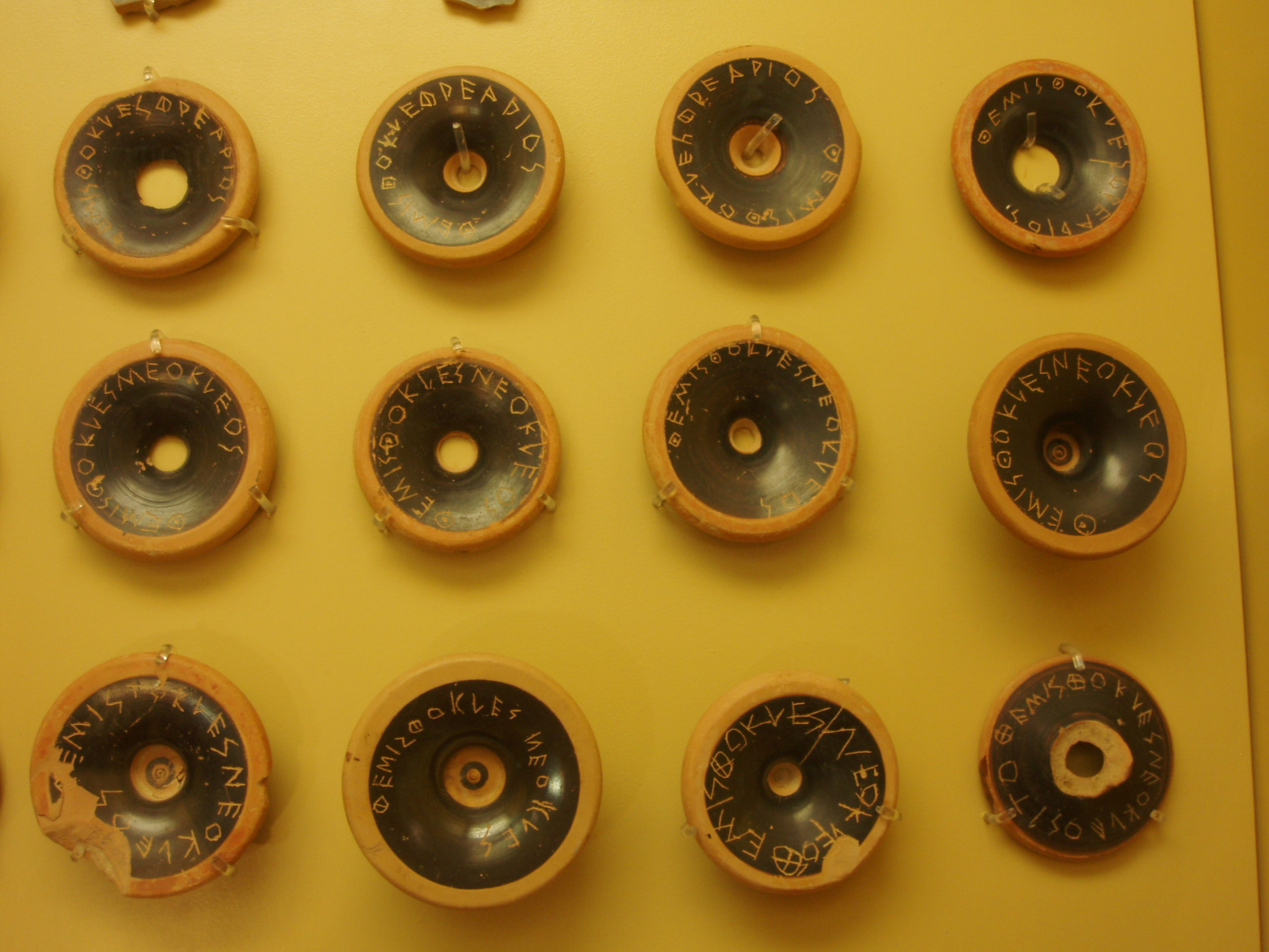 アテネのアクロポリスの井戸から出土した紀元前482年のオストラコン